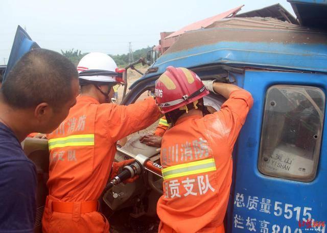 货车失控撞上渣土车 消防破拆车身背出伤者
