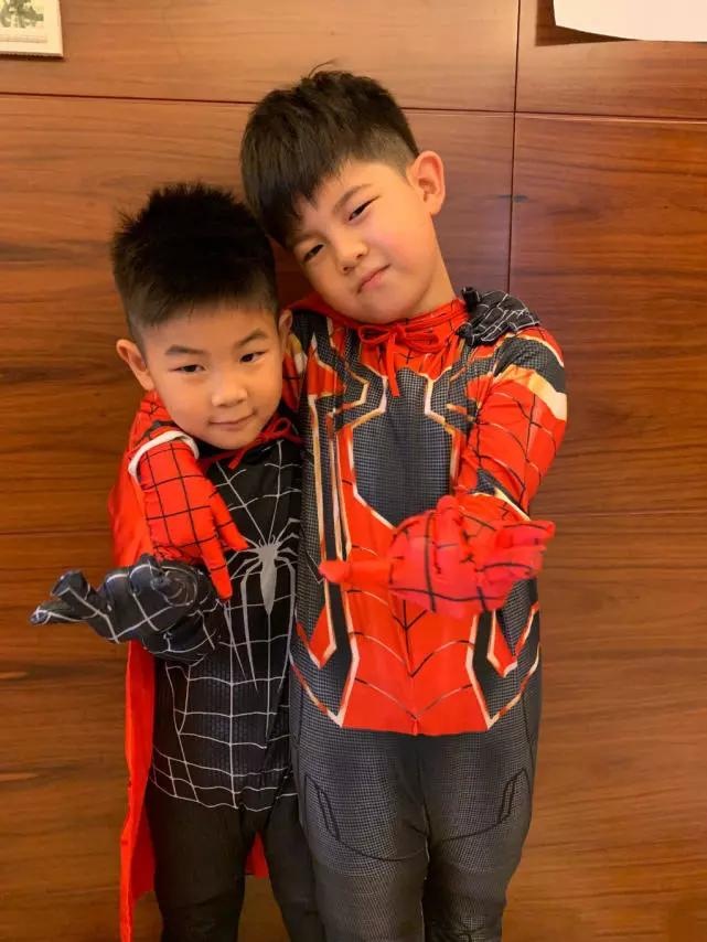 "<b>胡可两儿子扮演蜘蛛侠,安吉帅气逼人,小鱼儿""刀疤发型""抢镜</b>"