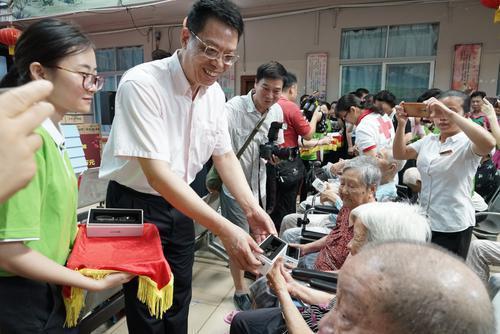 珠海启动关爱老人视力健康公益活动
