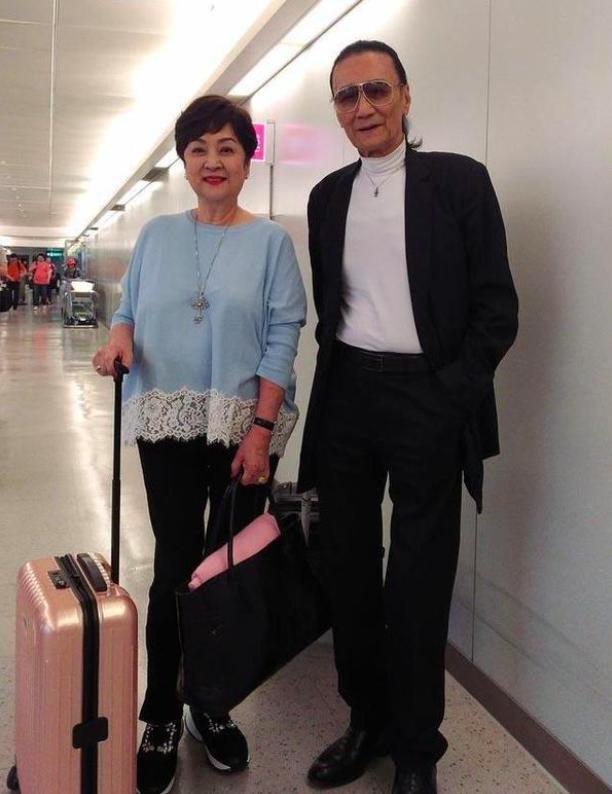 82岁谢贤带红玫瑰探望前妻,造型破格打扮潮流!