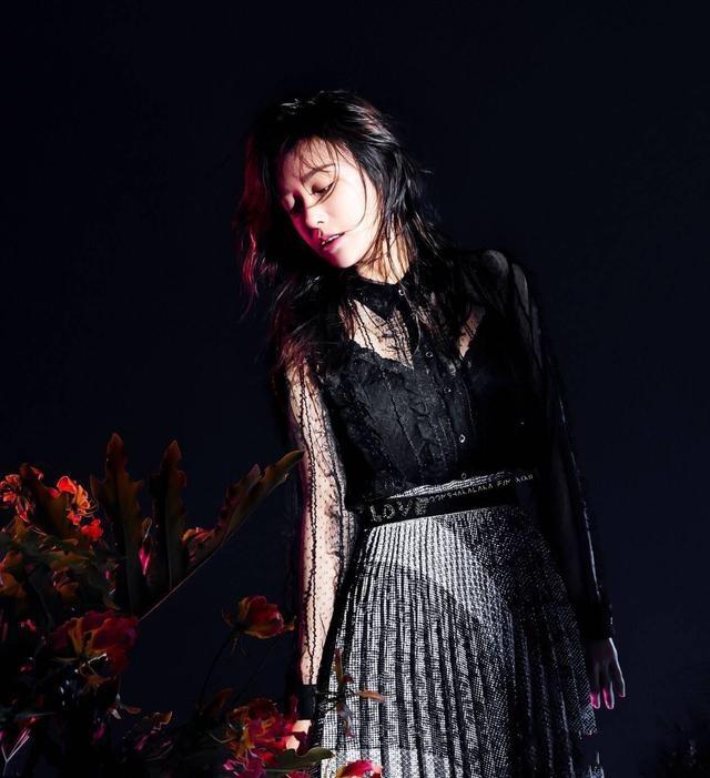 秦岚风格既视觉真美,一袭透视连衣裙完美诠释酷美风,展现冷艳帅气的气质
