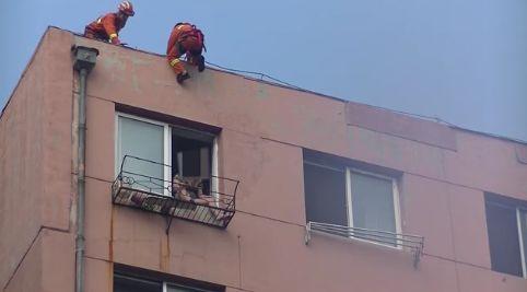 """看视频都抖!女子醉酒欲跳楼,消防员楼顶悬垂将其""""踹""""回屋!"""