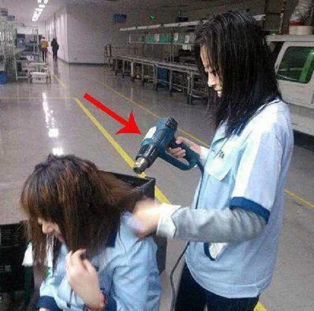 搞笑GIF趣图:妹子,闺蜜都是拿来坑的吗?你怎么能拿这个来吹呢?