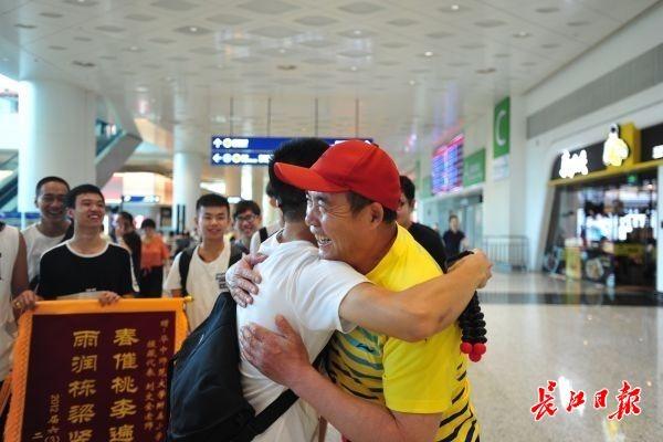 """<b>""""牛爸""""终于回来了!好多学生跑到机场接他回家</b>"""