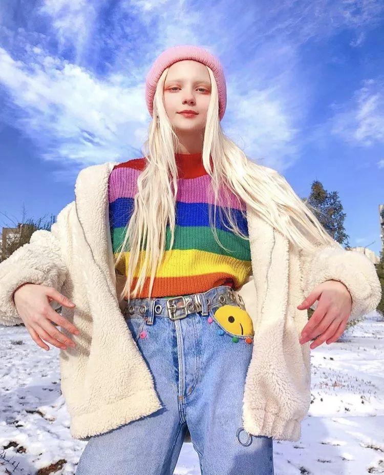 长一张精灵脸的俄罗斯少女,都拜倒在她的彩虹眼影和神仙发色!
