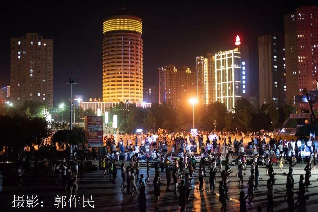 灵宝:文化广场夜色斑斓 群众健身热情高涨