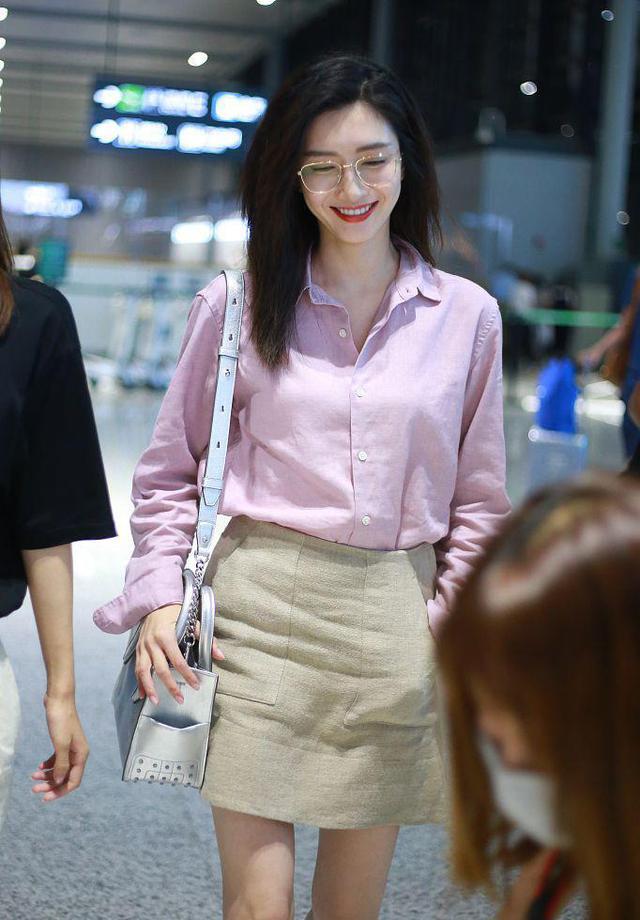 江疏影32岁依旧少女感十足,粉色衬衫搭配短裙甜美清新,气质惊艳