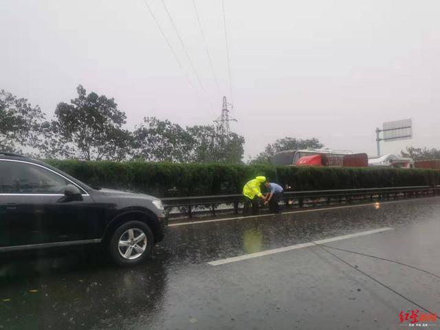 一声雷响电线断在成名高速上,维修人员冒雨抢修