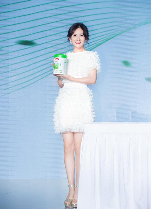38岁谢娜美回颜值巅峰期,身穿网纱白裙梦幻又甜美,小细腿真抢镜