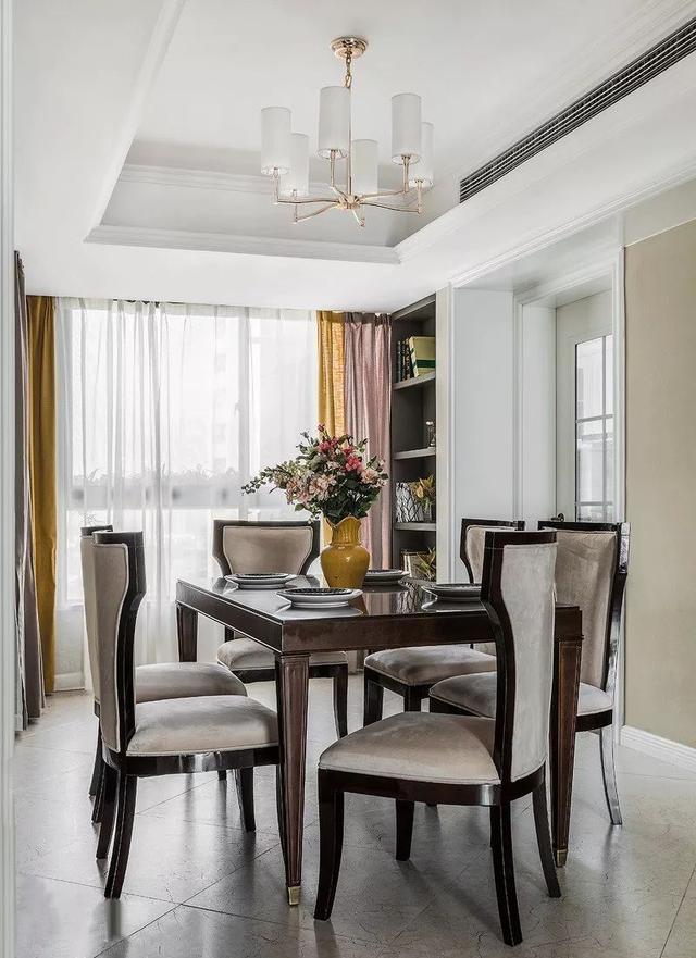 窗帘的色调搭配不显突兀,与花瓶相互呼应,增添优雅的氛围.