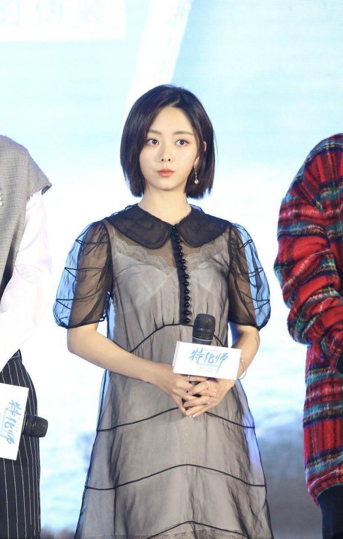 谭松韵穿透视吊带裙, 充满小性感韵味,打扮时髦美出新高度