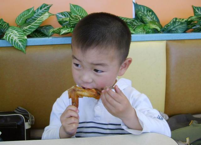 """这3种食物像""""强盗"""",""""抢""""体内钙,影响孩子长个,尽量少吃"""