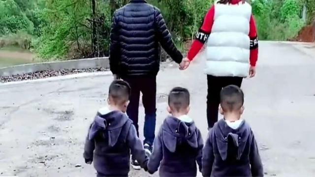 分岔路口前,3胞胎夫妻故意分开走,3个娃的表现很可爱