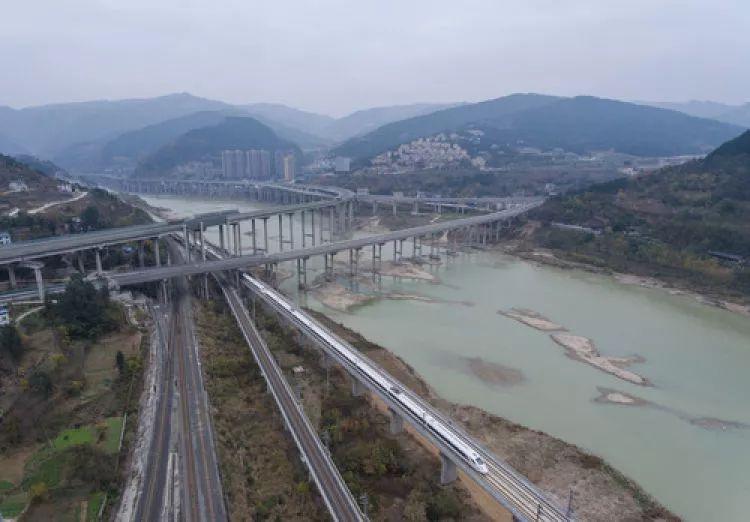 d4251次列车通过位于四川广元市北郊的西成高铁嘉陵江特大桥.