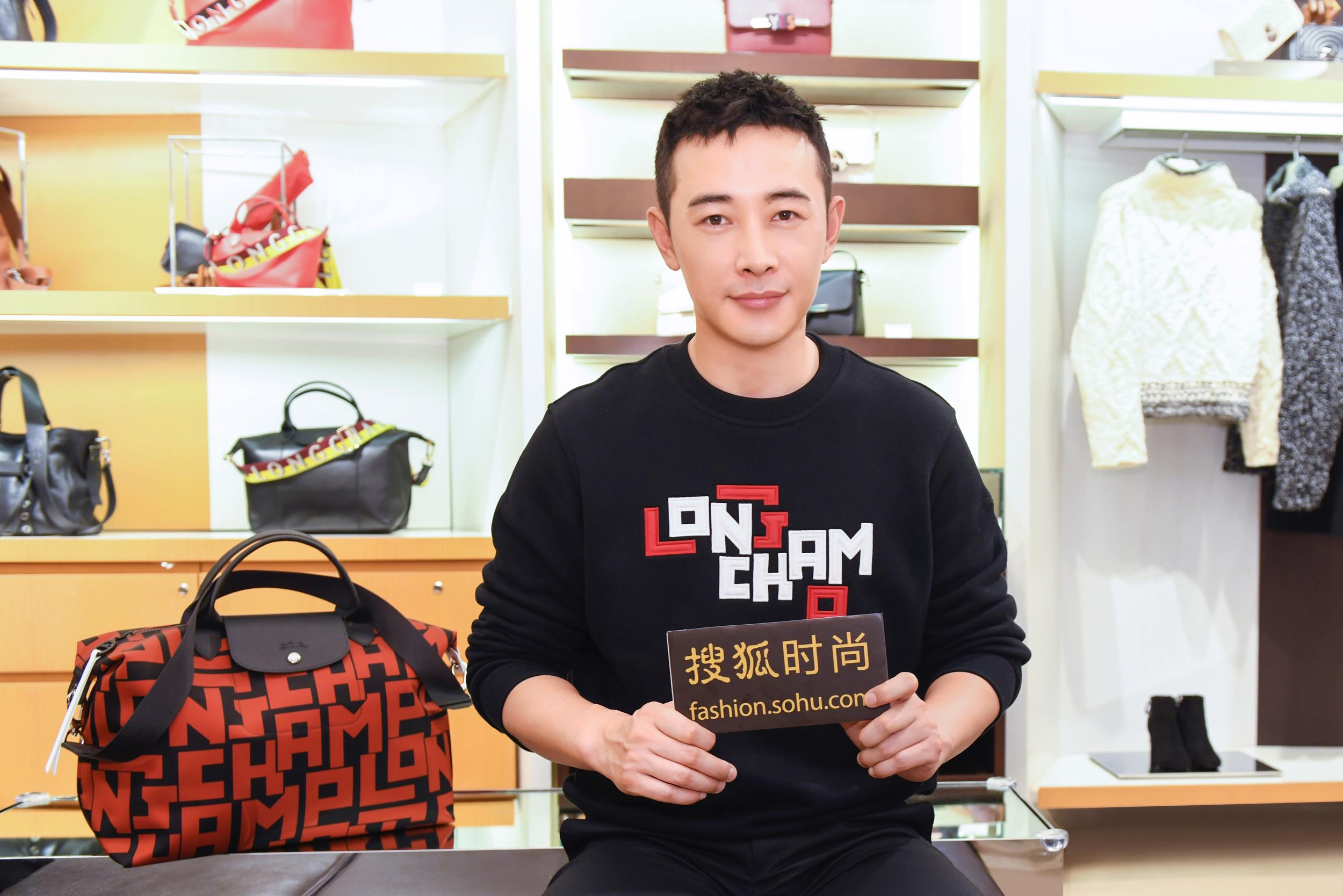 "<b>Longchamp全新字母组合图案有多酷?""店长""罗晋演绎给你看</b>"