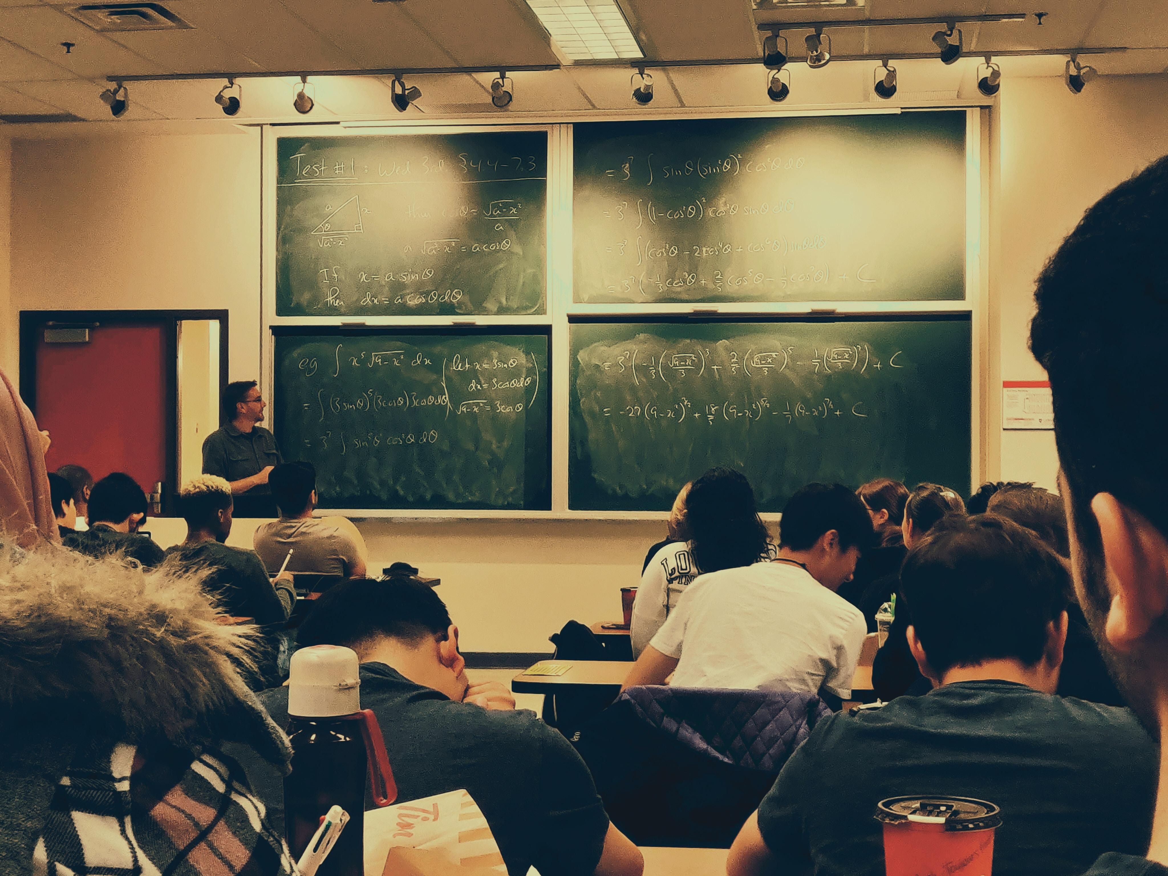 <b>教师用课本拍打逃课学生,信用黑名单处罚撤销</b>