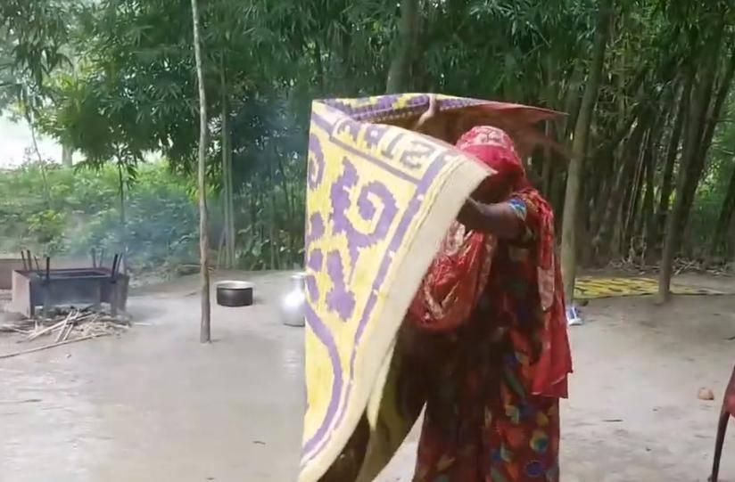 印度大家庭不盖厨房,在外面做饭下大雨时只能这样做了!