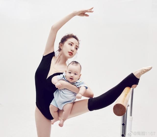 肤白貌美气质出众!艺体女神抱着儿子练习压腿,有爱互动萌出天际
