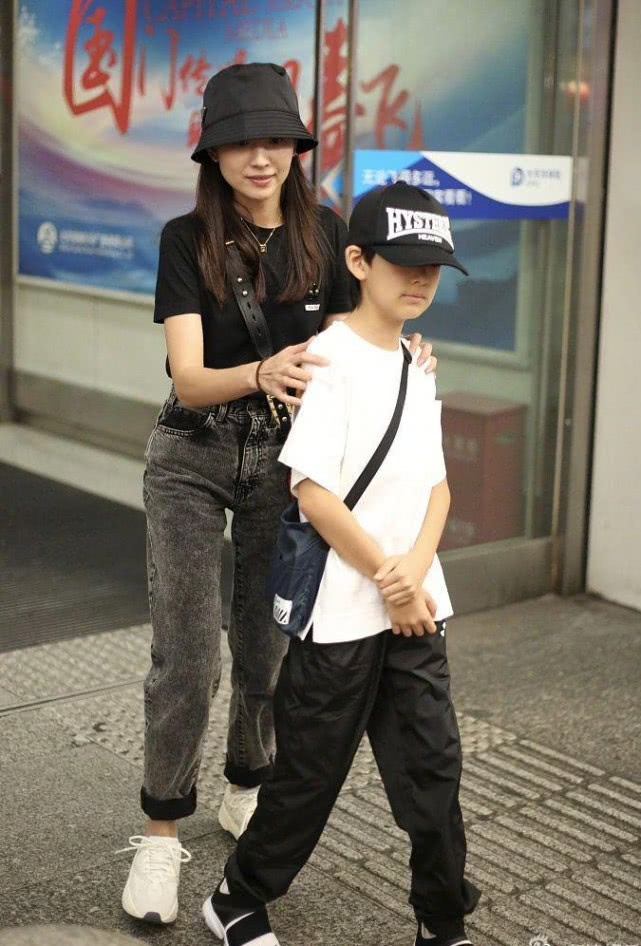 董洁带儿子现身,10岁的顶顶像极了潘粤明,还亲自帮妈妈推行李 作者: 来源:素素娱乐
