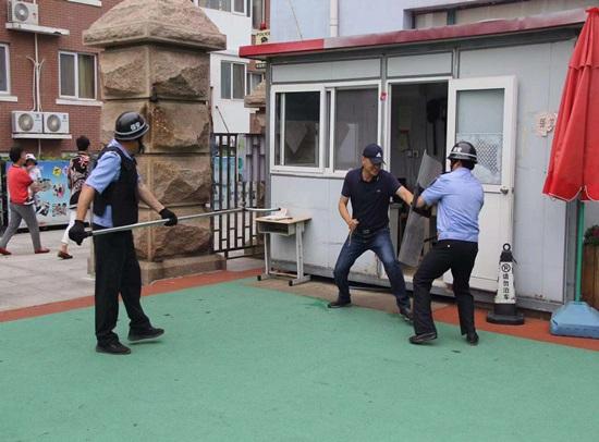 青岛崂山公安分局与辖区小学联合组织开展反恐演练