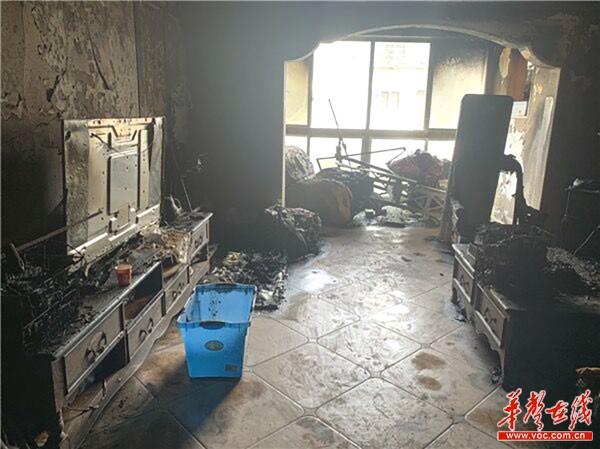 长沙一民宅突发大火,客厅烧毁严重 空调线路老化引起