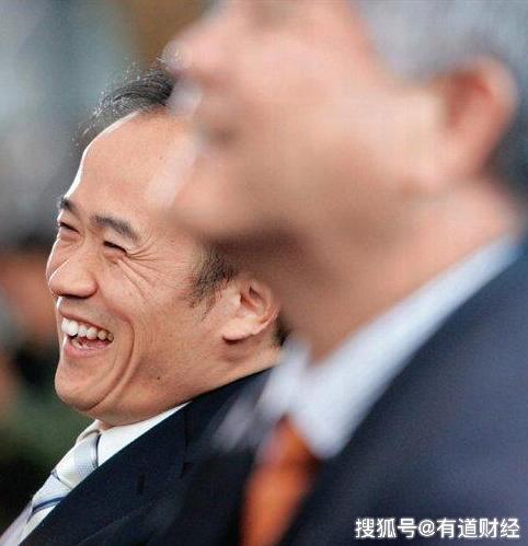 46岁赚24亿成湖北首富,创业30年多次被抓,今偷渡出境被全球通缉