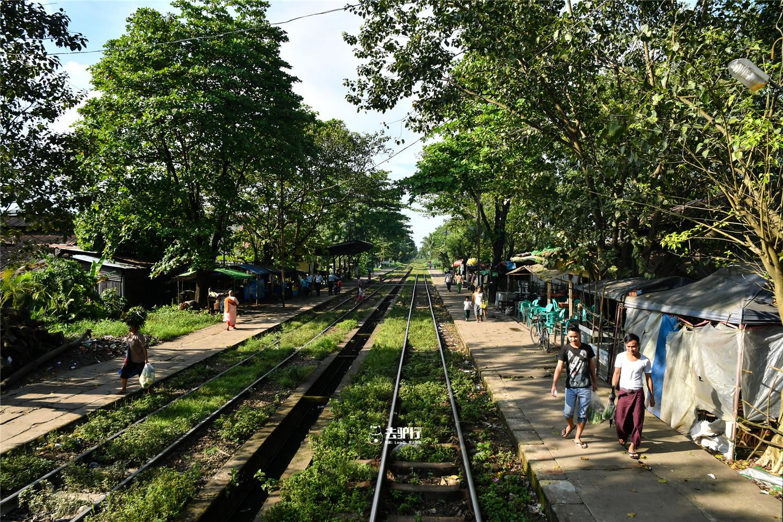 最慢吞吞的火车:用日本淘汰二手车,行人随意横穿不设安全网铁轨