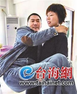 她20年如一日照顾伤残丈夫