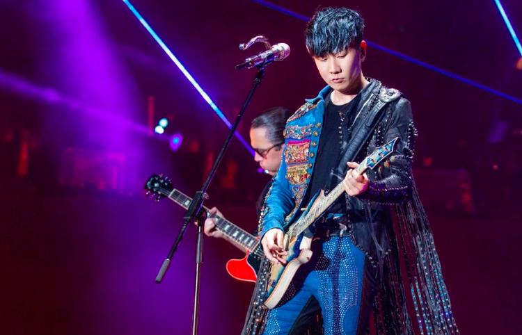 粉絲包大擺錘看林俊杰演唱會,網友:實力追星,是個人才