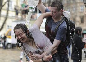 """乌克兰泼水节漂亮妹子可""""抱""""走? 地上的一物, 让中国游客尴尬"""
