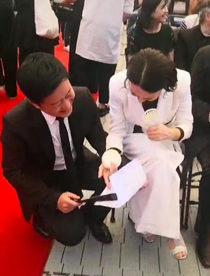 吴京参加动作电影闭幕式,化身追星男孩,得到徐克签名超开心 作者: 来源:猫眼娱乐V