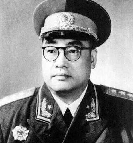 他曾担任军委纵队司令,保护中央军委安全,亲批军委印信让他保管