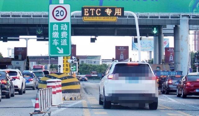 高速误入ETC通道是直走还是倒车?老司机告诉