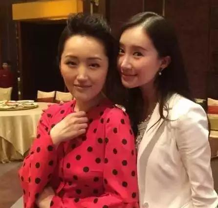 46岁的杨钰莹与30岁舒畅同框,不老玉女容颜难敌时光