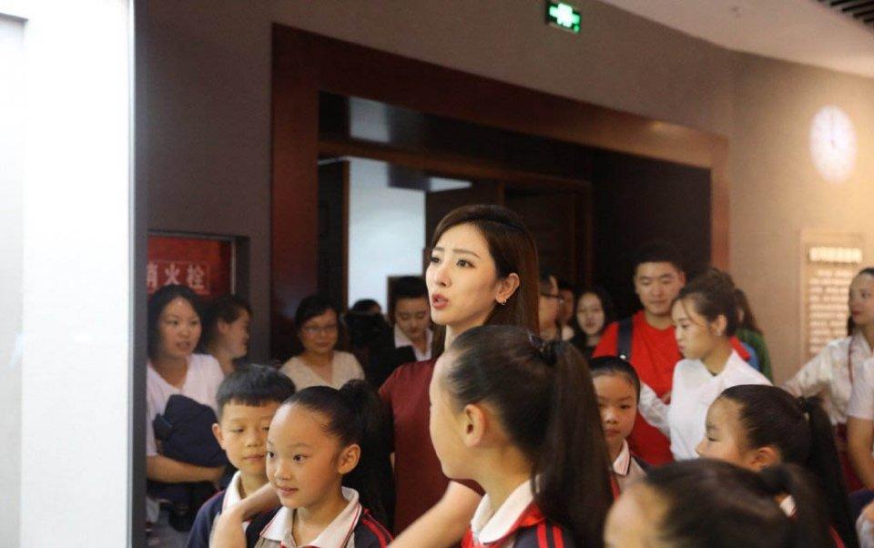 黄圣依少女装出席活动,与央视女主持同台!