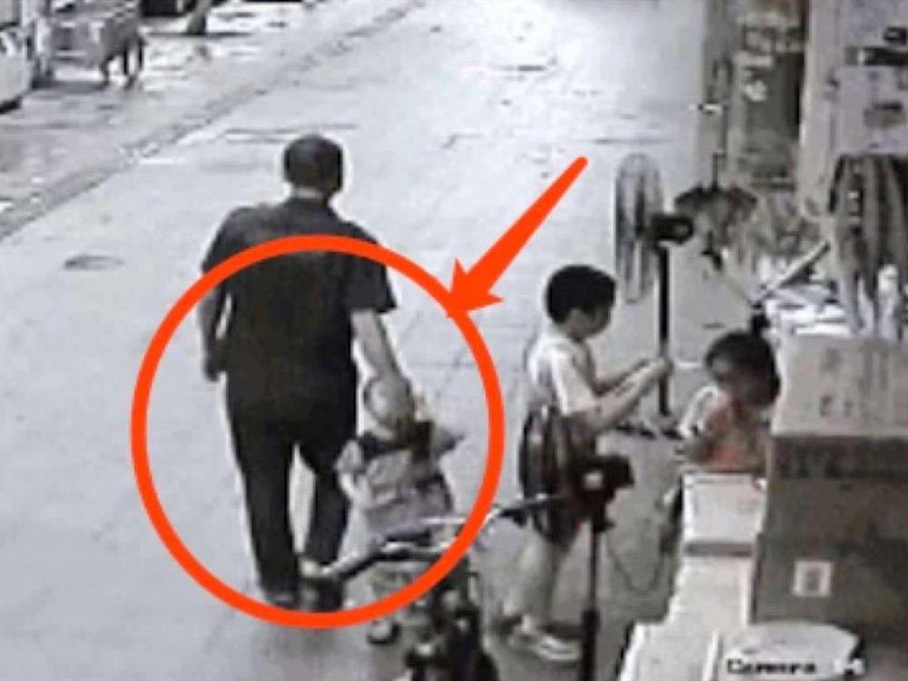 人贩子抱孩子溜进小巷,没想到孩子一句话,吓得人贩子丢下他就跑