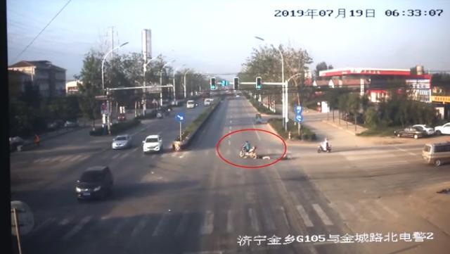 两车相撞 男子第一时间只想逃跑 当街拖行受伤女子造成二次伤害