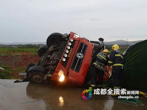 青白江一运砂车侧翻 消防救出被困驾驶员