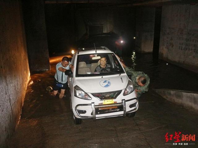 四川盐亭暴雨致地下车库水深1米 消防转移20多辆被淹车