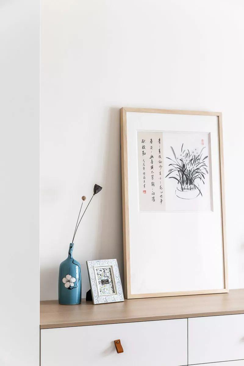 斗柜上的简洁摆画与禅意的花瓶摆设,也为空间增添了几分儒雅的气质.