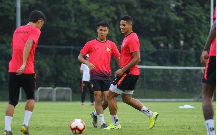 官方训练日现身!恒大两归化外援留队,明年将以中国球员身份出战