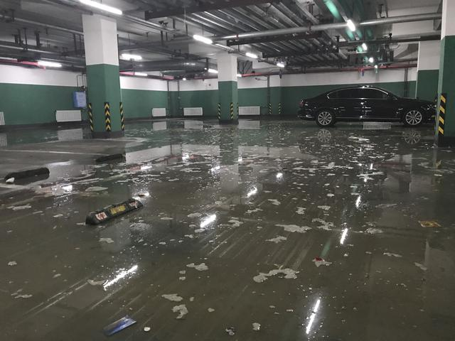 哈尔滨爱达九溪地下车库积水严重 物业:没交接