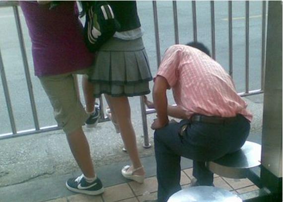 """见女性穿裙子就下蹲?民警一看男子手机""""傻眼"""":大量女性裙底照"""