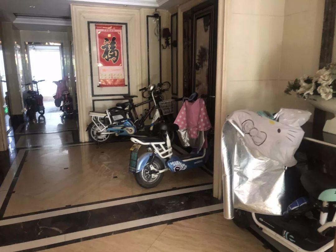 济宁市某小区无车棚无充电桩,电动车飞线充电业主心里发慌