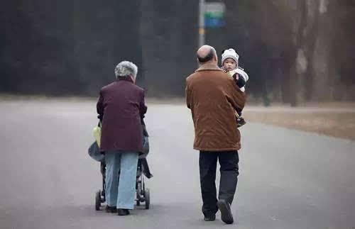 为何美国老人不用帮子女带娃?这几点上太精明,中国老人需要反思