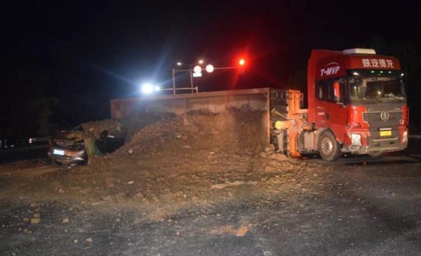 <b>轿车被50多吨渣土掩埋!货车司机:我本来是要闯红灯</b>