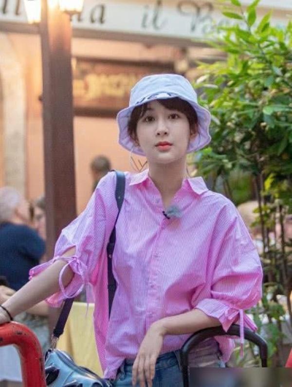 杨紫录制综艺秀,玫红色衬衫搭直筒裤,瘦身后身材成亮点