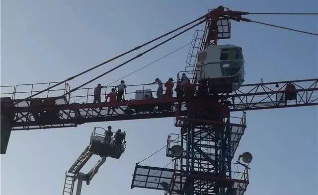 急救医生徒手攀爬35米塔吊救人,场面惊险.......