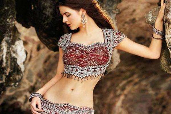 <b>印度富人女性身上戴满金饰,生活奢靡,但这件事却难以逃避</b>