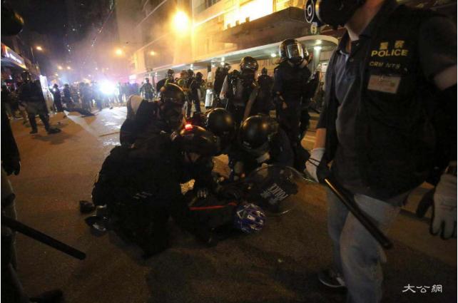 文交所头条_喷喷鼻港警方拘捕49名暴力示威者,44人被控暴动罪